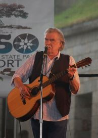 Guy_Clark_at_the_2009_Newport_Folk_Festival
